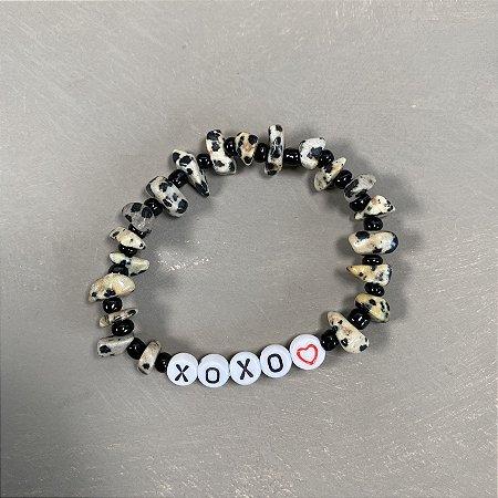 Pulseira de cascalhos com miçangas pretas e pingentes escrito XOXO.