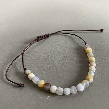 Pulseira com fecho regulável macramê fio marrom e esferas de vidro lapidado (tipo murano).