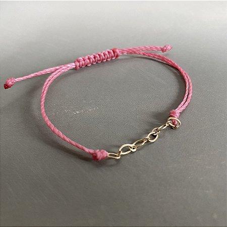 Pulseira com fecho regulável macramê fio rosa com elos em metal banhado dourado.