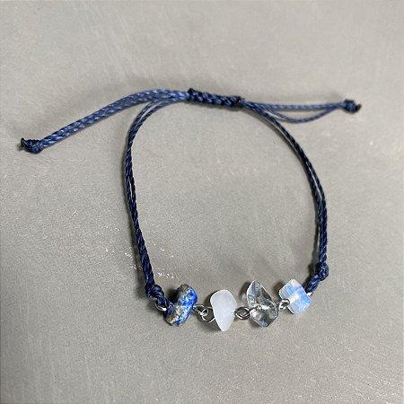 Pulseira com fecho regulável macramê fio azul marinho e cascalhos alfinetados.