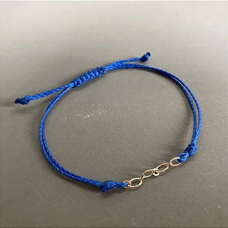Pulseira com fecho regulável macramê fio azul bic e elos em metal banhado dourado.