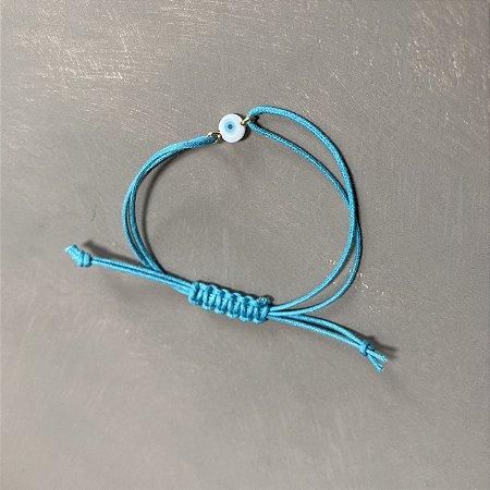 Pulseira com fecho regulável macramê fio azul claro e olho grego.