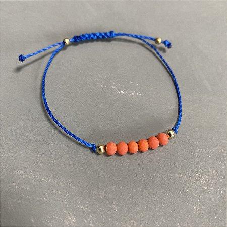 Pulseira com fecho regulável macramê fio azul bic e cristais lapidados coral.