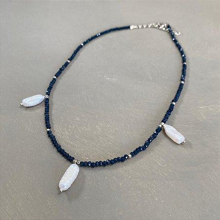 Colar curto com cristais tchecos lapidados azul marinho, entremeios de metal banhado e pingentes de pérolas barrocas.