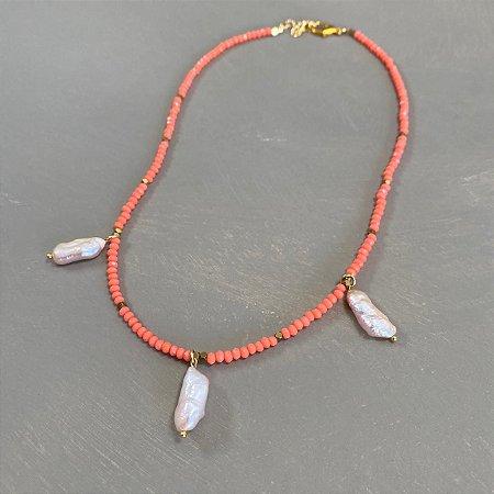 Colar curto com cristais tchecos lapidados coral, entremeios de metal banhado e pingentes de pérolas barrocas.