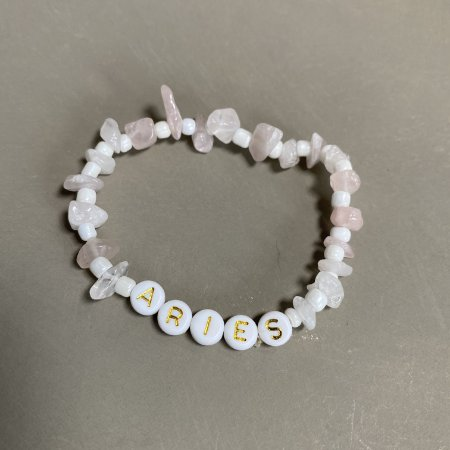 Pulseira Zodíaco ÁRIES, com cascalhos de pedra quartzo rosa e miçangas brancas.