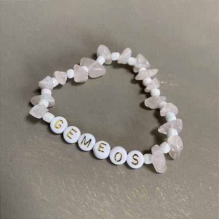 Pulseira Zodíaco GÊMEOS, com cascalhos de pedra quartzo rosa,miçangas brancas.