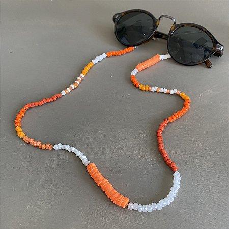 Cordão de óculos e cordão de máscara de miçangas crus e laranja, borrachinhas indianas laranja e entremeios de metal banhado.