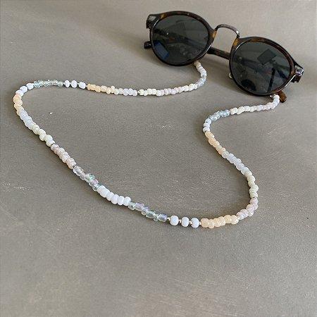 Cordão de óculos e cordão de máscara de miçangas crus e entremeios de metal banhado.