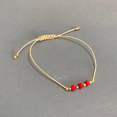 Pulseira com fecho regulável macramê fio cru e cristais vermelhos e entremeios em metal banhado.