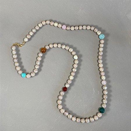 Colar longo de esferas em polímero cru rajado e de vidro (tipo murano) coloridos.