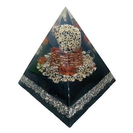 ORGONITE - PIRAMIDE DE DALMATA COM CRISTAL LEMURIANO BASE 11CM X 12,5CM DE ALTURA - (PEÇA ÚNICA)