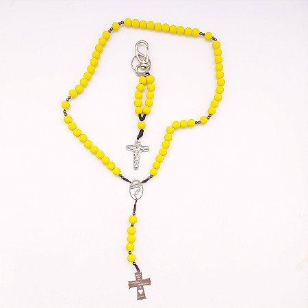 Kit - Terço Acampamento Nossa Senhora do Rosário + Chaveiro Cruz Sagrada Amarelo