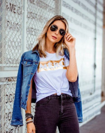 Camiseta T-Shirt Feminina Com Aplique em Veludo Com a Frase MERCI