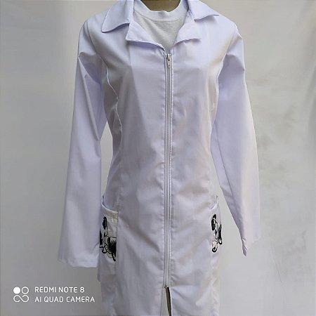 Jaleco feminino, Selenita,  acinturado, tecido Ibiza, manga longa, com renda no bolso
