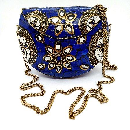 Bolsa de metal coberta com pedacinhos de resina azul