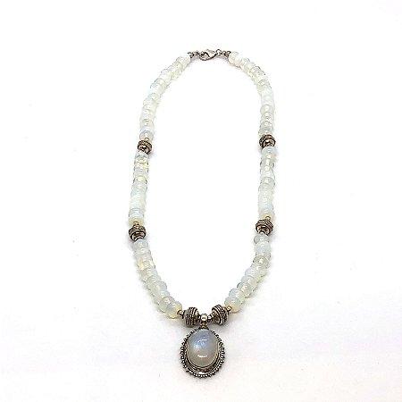 Colar opalina com pingente pedra da lua e peças trabalhadas em prata 925