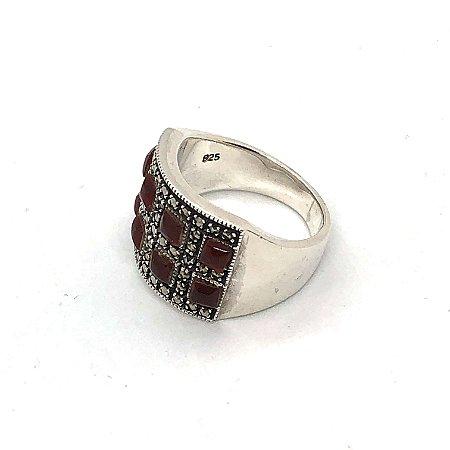 Anel com pedrinhas em cornalina intercaladas por marcassitas e prata 925