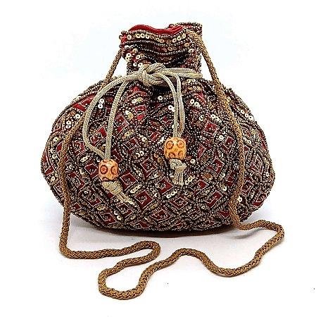 Bolsa saco arredondada com detalhes em paetês e miçangas