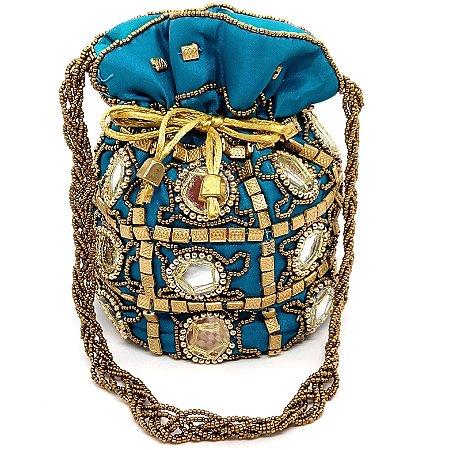 Bolsa saco com fundo redondo e detalhes em paetês grandes e miçangas