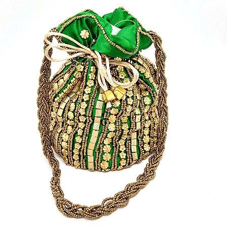 Bolsa saco com fundo redondo detalhes pecinhas flores douradas
