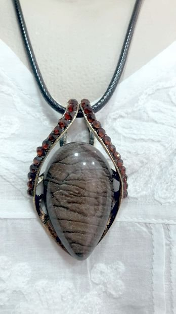 colar indiano com pingente de resina e metal
