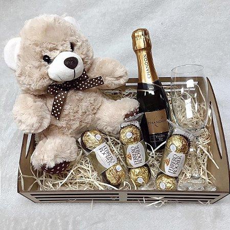 Cesta Urso Chandon baby e Ferrero com taça vidro  cod C018