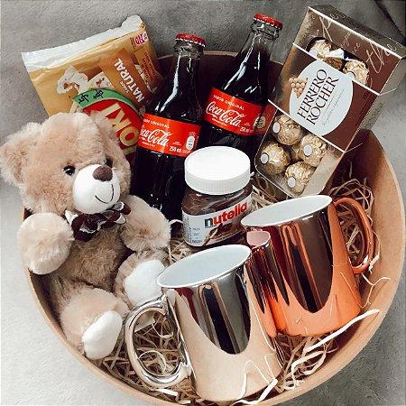 Kit Caixa MDF Redonda  2 Canecas Personalizadas com Urso Ferrero e Coca Retrô cod K021