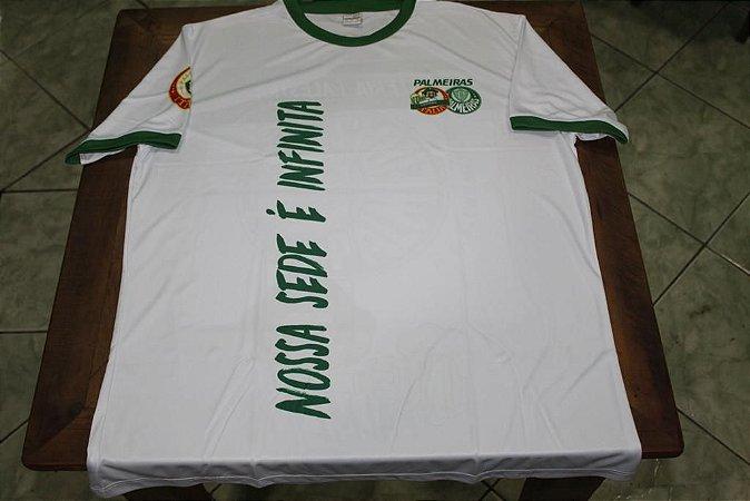 """Camiseta Masculina Branca com a frase """"Nossa sede é infinita"""""""