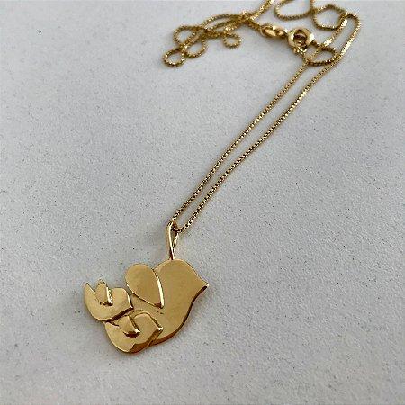 Colar com pingente em prata de pássaro voar acompanhada banho de ouro