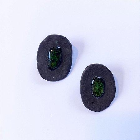 Brinco de cerâmica preta e vidro verde