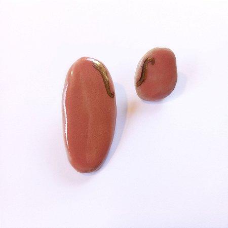 Brinco de cerâmica salmão com detalhe em ouro.