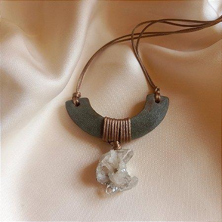 Colar de cerâmica azul sardo e drusa de cristal