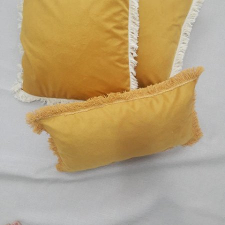 Almofada baguete com franjas mostarda
