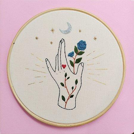 Mão flor azul