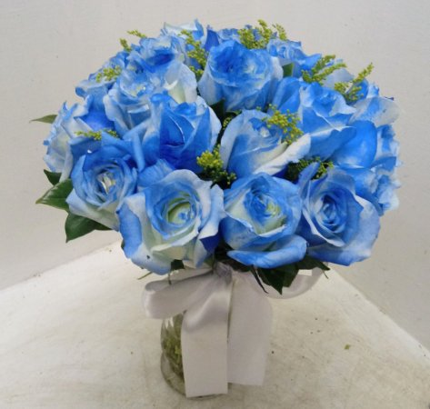 20 rosas brancas tingidas de azul no vaso de vidro