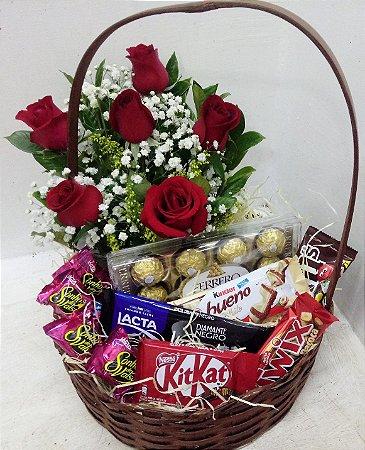 Cesta chocolates delícias e arranjo de 6 rosas