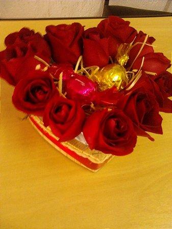 Coração de rosas com duas truffas no meio.Entrega em até 3 horas.Horário comercial.