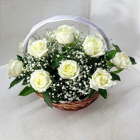 Cesta de rosas brancas