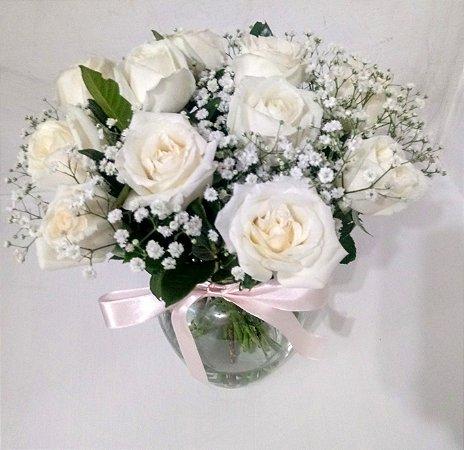Buquê 12 rosas brancas no vaso de vidro