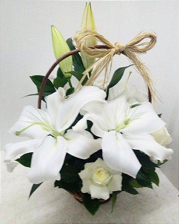 Cesta de lírios brancos e rosas brancas