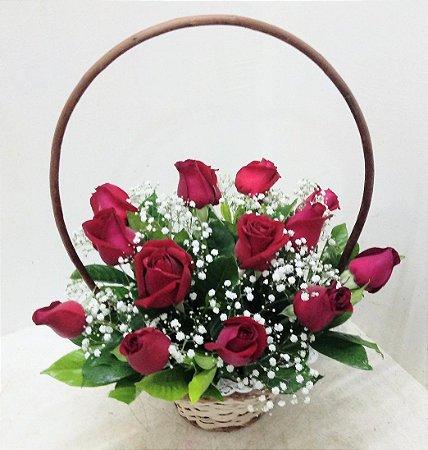 Cestinha 12 rosas mais gipsofila