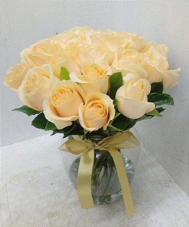 20 rosas champanhe no vaso de vidro