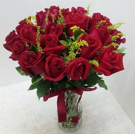 20 rosas vermelhas no vaso de vidro