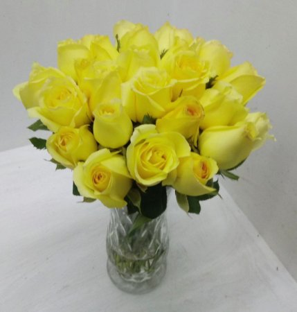 20 rosas amarelas no vaso de vidro