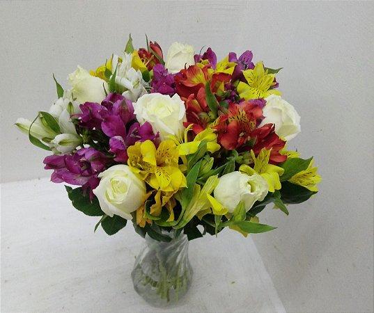 Astromelias do coloridas com rosas brancas