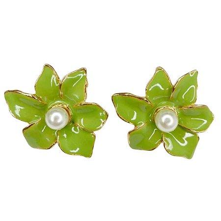 Brinco flor verde abacate esmaltado miolo pérola Manu