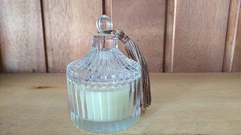 Vela no pote de vidro transparente com tampa