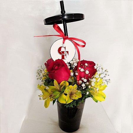 Arranjo Copos Encantadores de Rosas vermelhas