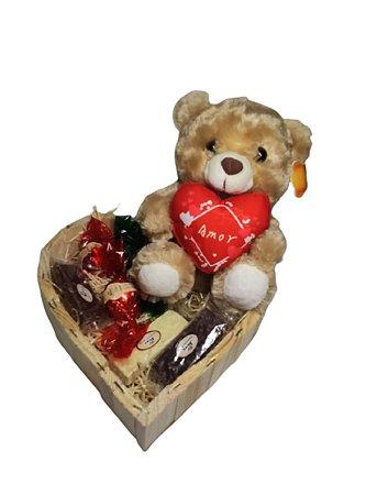 Cesta Coração com Amável Pelúcia e Chocolates Amor